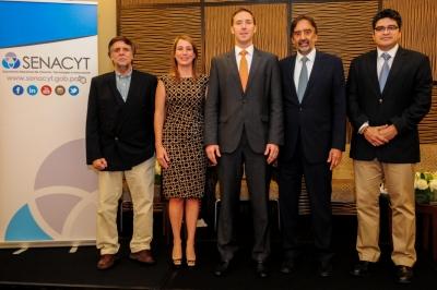 Foto: El Dr. Ricardo Ojeda, la Ing. Milagro Mainieri, el Viceministro Augusto Arosemena, el Dr. Jorge Motta y el Dr. Omar López Alfano.